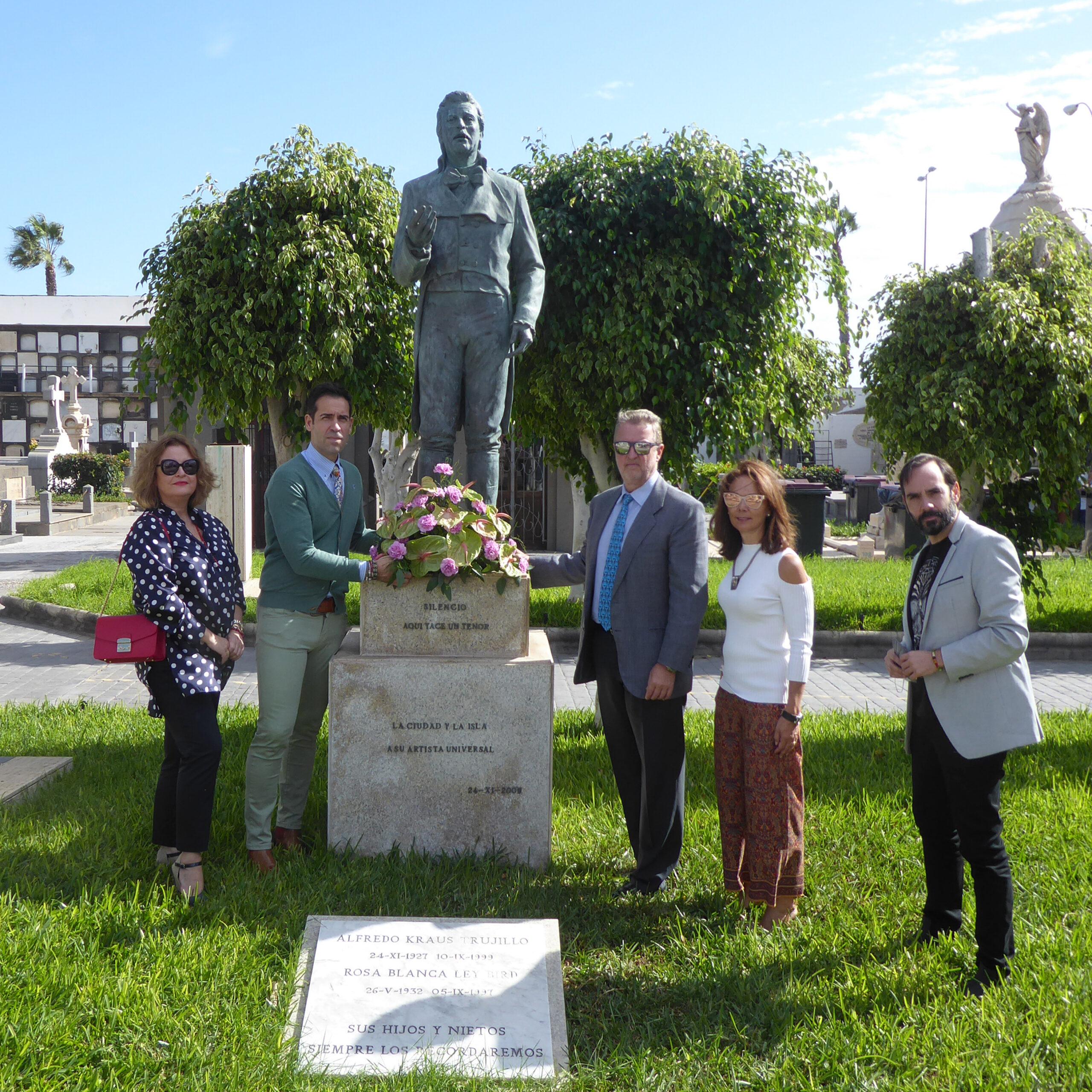 El tenor Ismael Jordi y el pianista Rubén Fernández Aguirre participan en una ofrenda floral a Alfredo Kraus en el cementerio de Vegueta