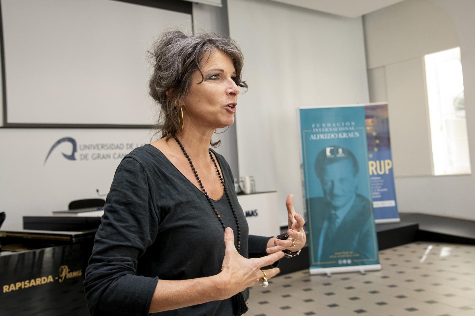 La soprano Nicola Beller Carbone imparte el Workshop FIAK'19 en el Aula de Piedra del Rectorado de la ULPGC